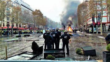 """Gilets jaunes, acte 2 : """"Une journée en enfer"""" sur les Champs-Élysées"""