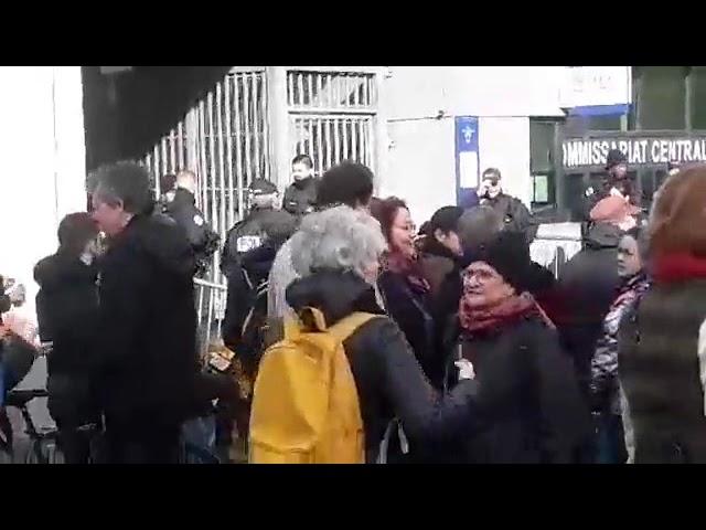 Blocage commissariat Paris 20e libérez nos camarades