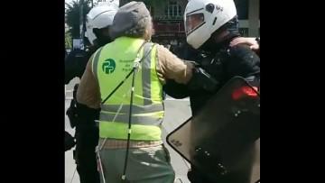 Un policier éternue sur la carte d'identité d'un gilet jaune