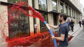 Le MEDEF recouvert de faux sang par Extinction Rebellion