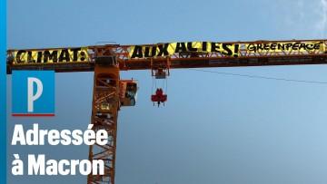 Paris : Greenpeace pose une banderole pour le climat sur la grue de Notre-Dame