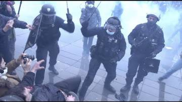 Un commissaire de police matraque un manifestant (30 janvier 2021, Paris)