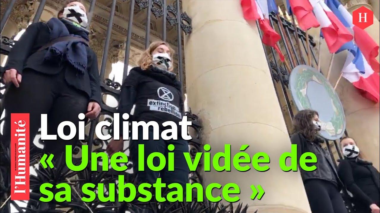Loi Climat: des militantes d'Extinction Rebellion cadenassées à l'Assemblée nationale