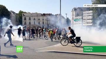 Nantes : la police envoie du gaz lacrymogène sur des manifestants contre le pass sanitaire