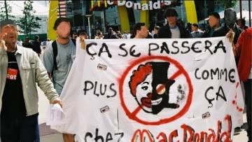 Les manifestants envahissent le Macdonalds ( Manif pass sanitaire )