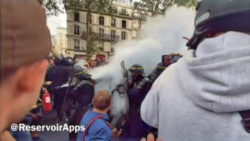 Un manifestant utilise un extincteur d'incendie sur les FDO